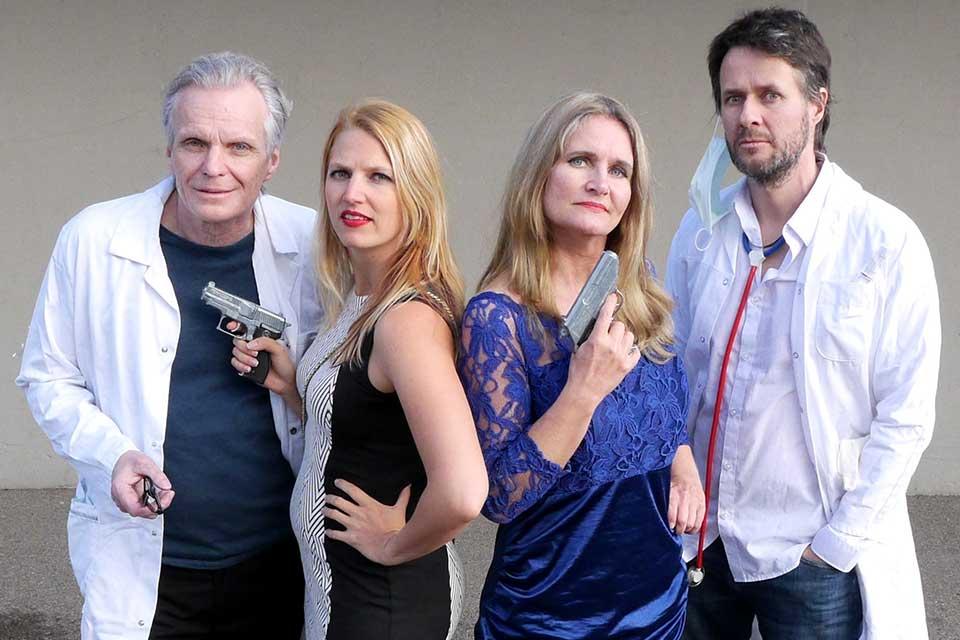 Nathalie Samelie mit drei weiteren Schauspielern