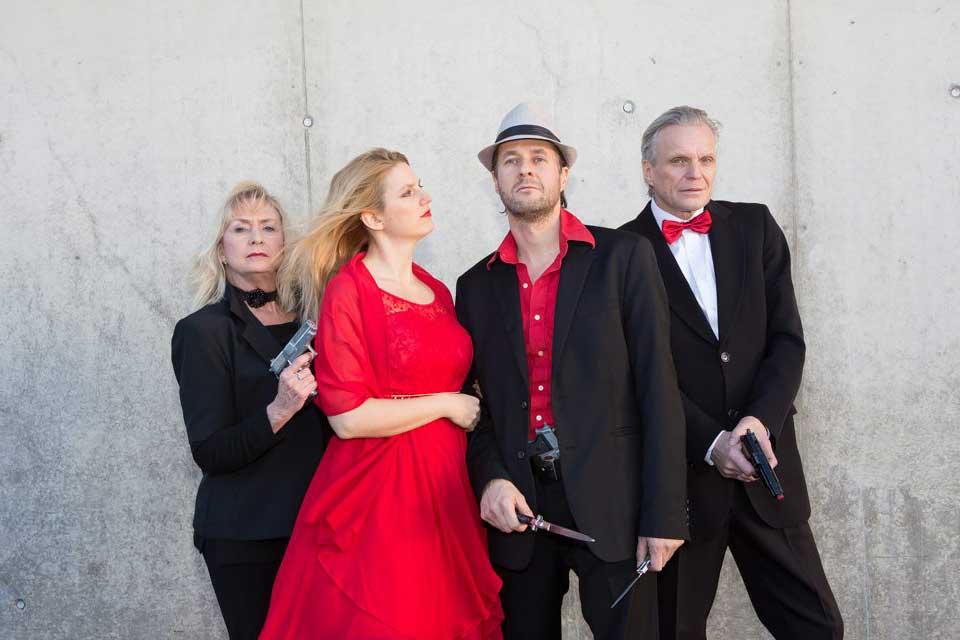 Krimifall: La Familglia, vier Schauspieler vor einer Wand