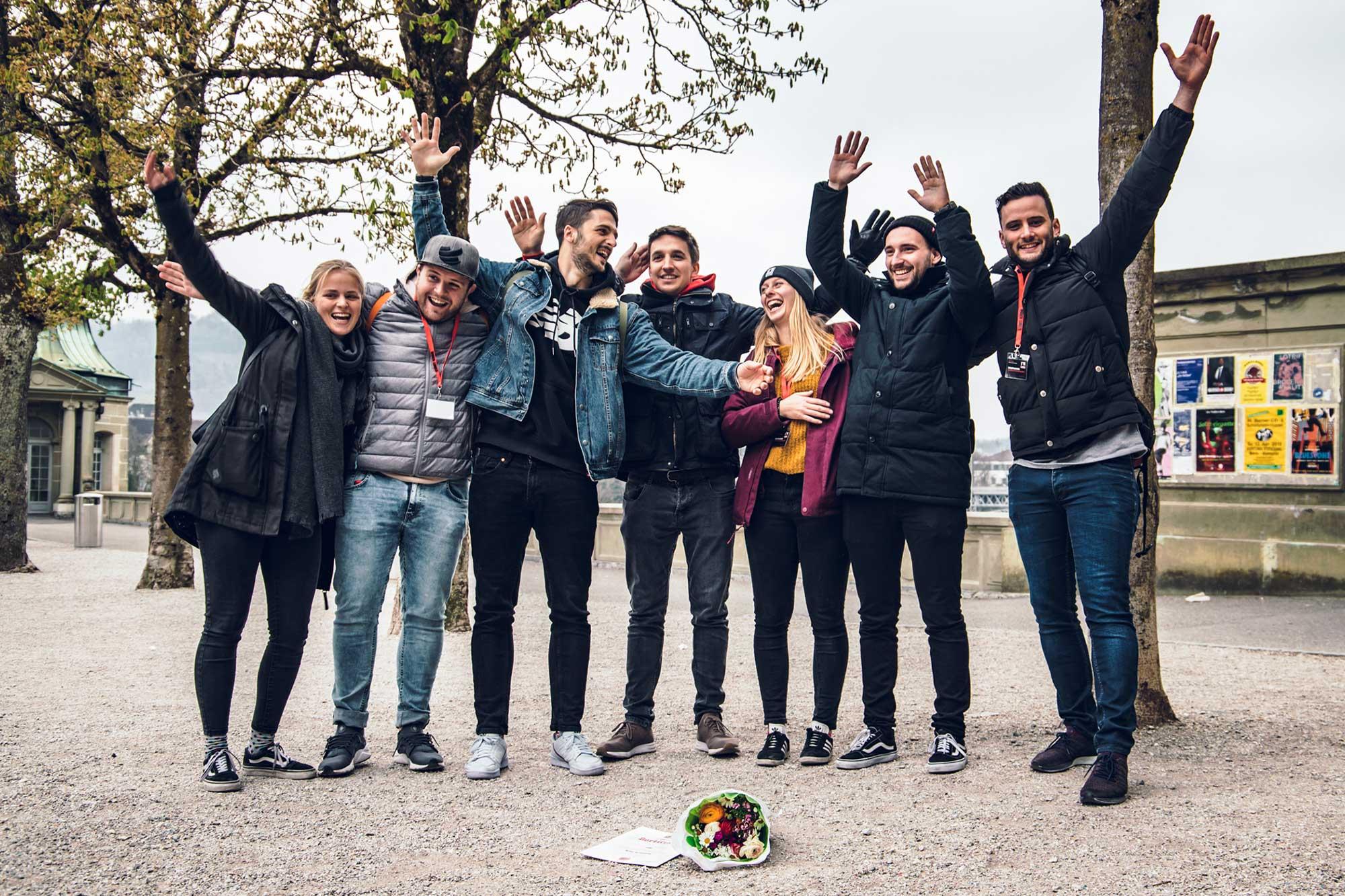 Glückliches Team mit Zertifikat und Blumen nach dem Stadtkrimi