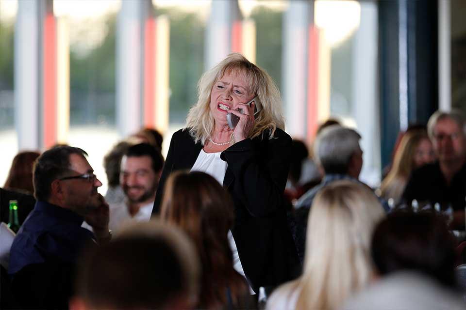 Schauspielerin in einer Menschenmenge während des Krimifalls: La Famiglia