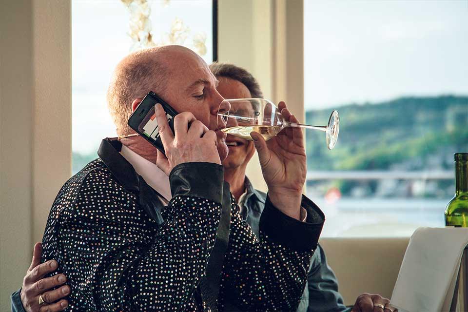 Schlager Krimi: Mann am Wein trinken