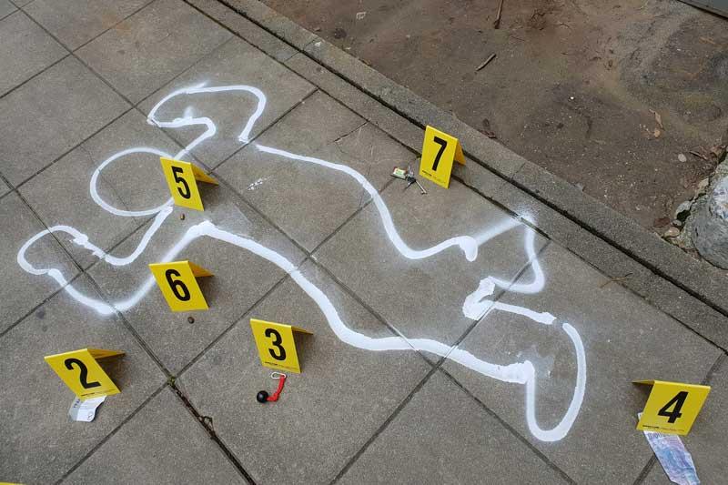 Aufgezeichneter Tatort einer Leiche mit verschiedenen Hinweisen