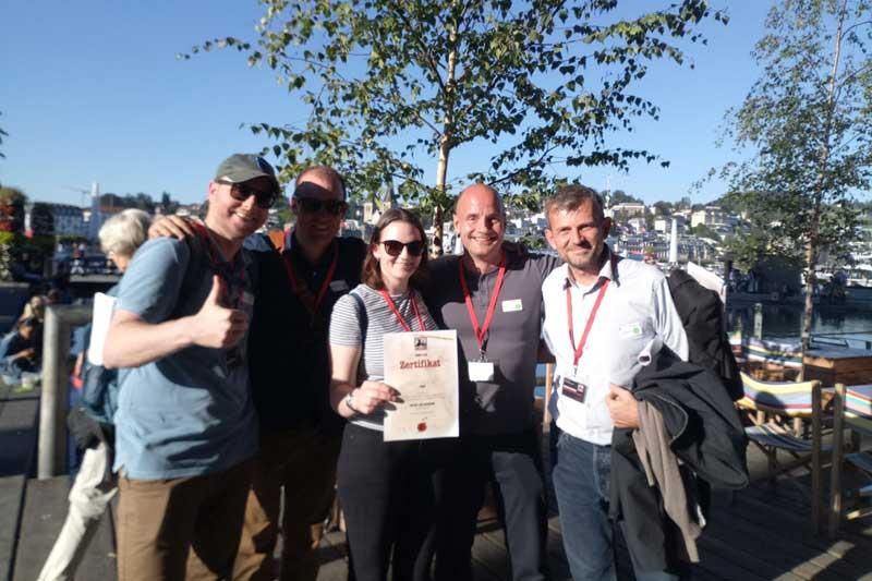 Stadtkrimi Team aus Luzern präsentiert stolz ihr Teilnehmer Zertifikat
