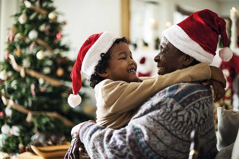 Opa und Enkelkind an Weihnachten