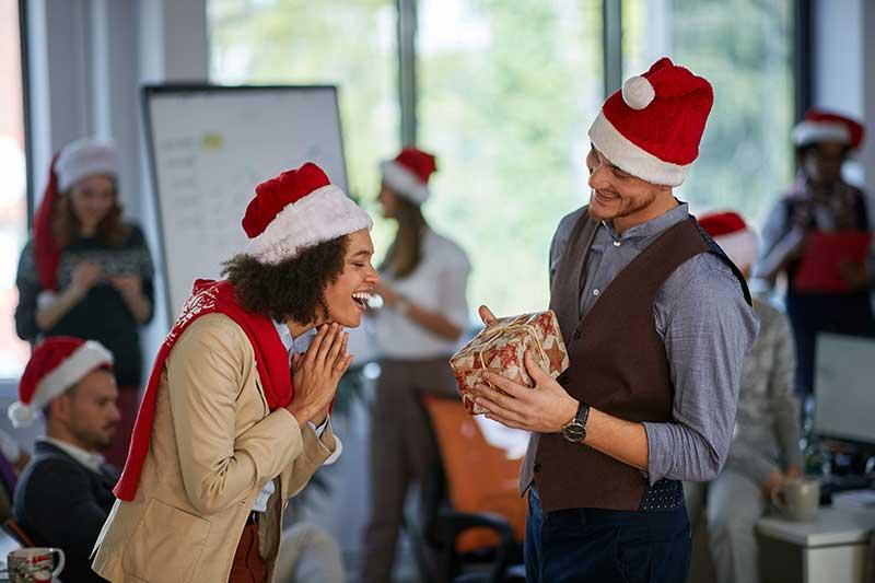 Weihnachtswichteln während der Weihnachtsfeier
