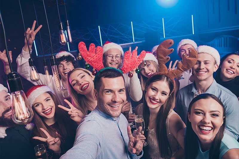 Selfie von Freunden während einer Weihnachtsfeier
