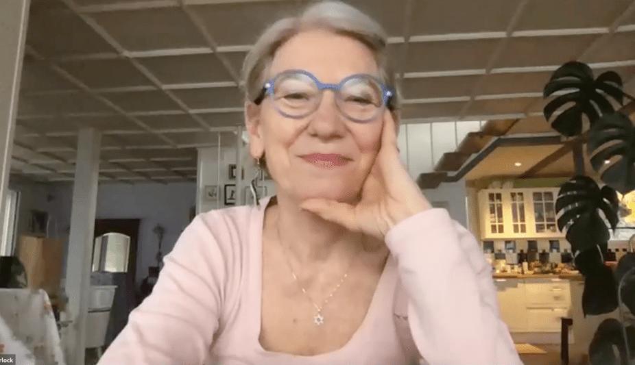 Ältere Frau spielt Online Krimi von StadtKrimi hat Spass Zuhause und lacht