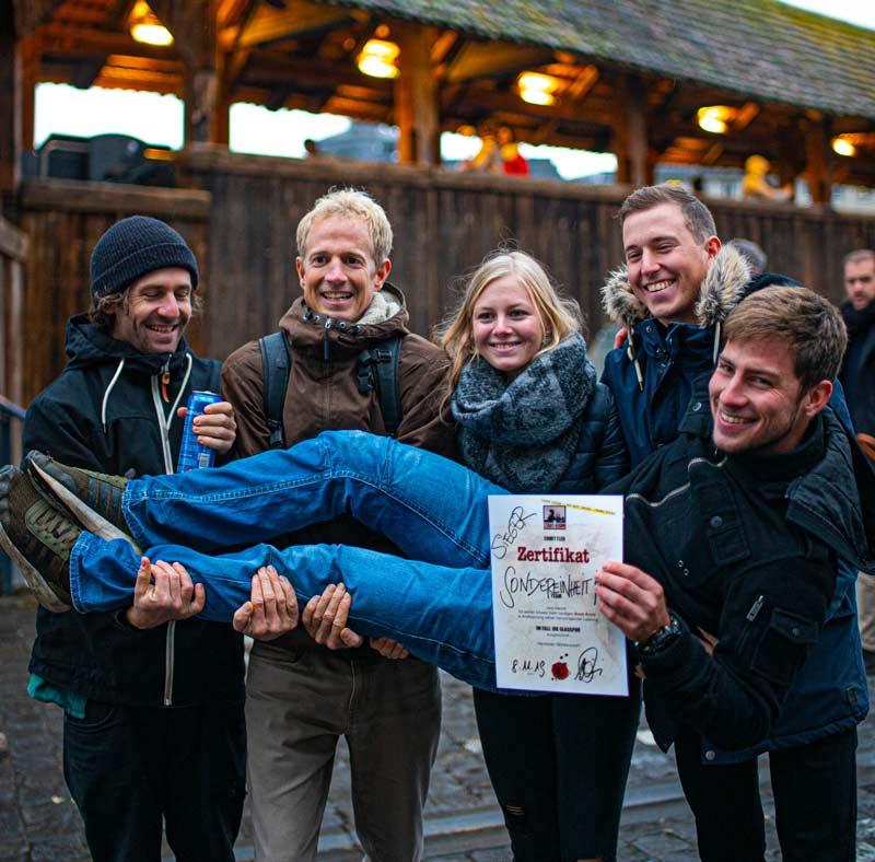 Teamfoto mit fünf zufriedenen Personen