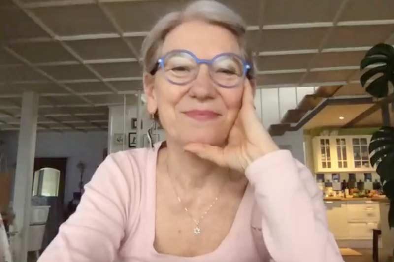 Lachende, etwas ältere Frau während eines Videocalls