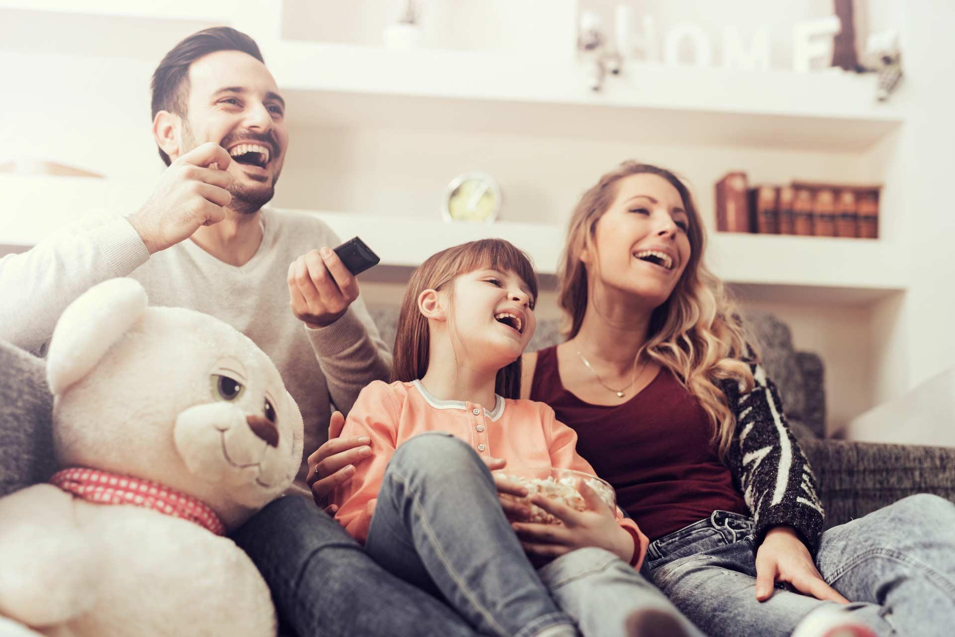 Familie schaut zusammen fernsehen