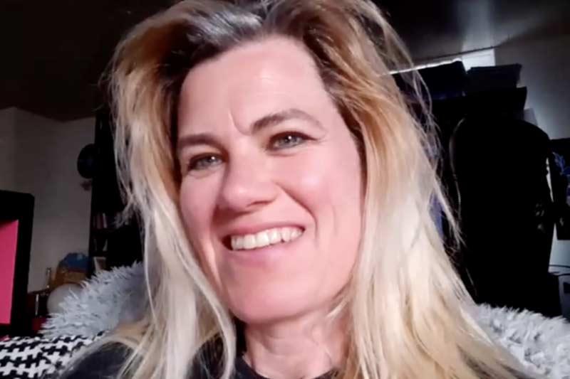 Portrait einer jungen, lachenden Frau