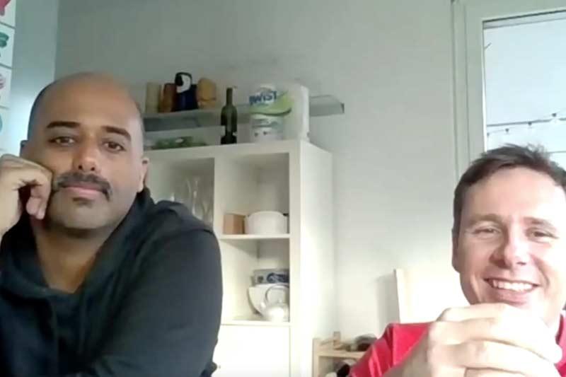 Zwei Männer während eines Videocalls