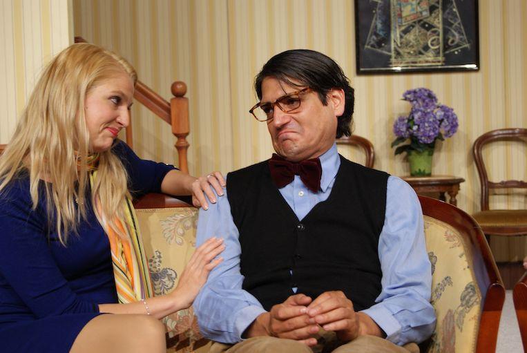 Foto von zwei Schauspielern während einer Unterhaltung auf dem Sofa