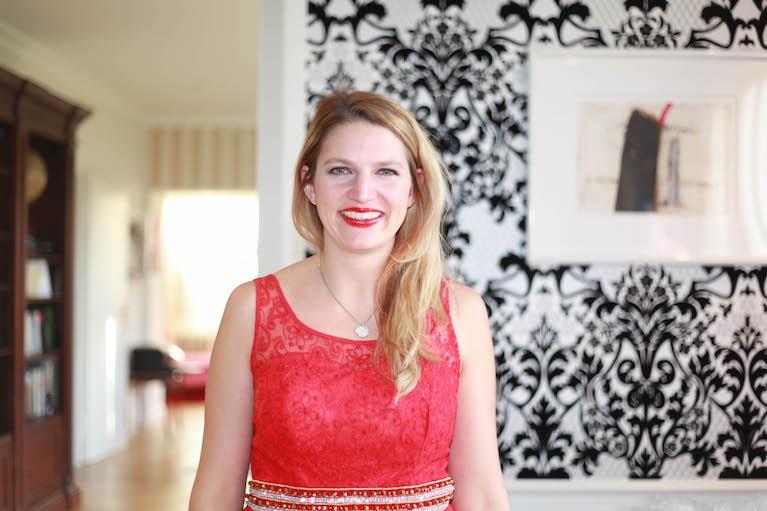 Portrait von Nathalie Samelie, im Hintergrund einen Wohnbereich