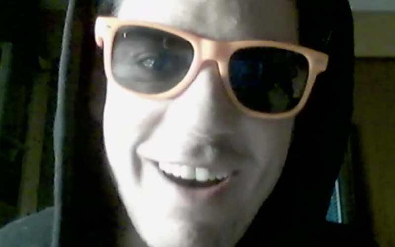 Online Krimi Teilnehmer mit Sonnenbrille