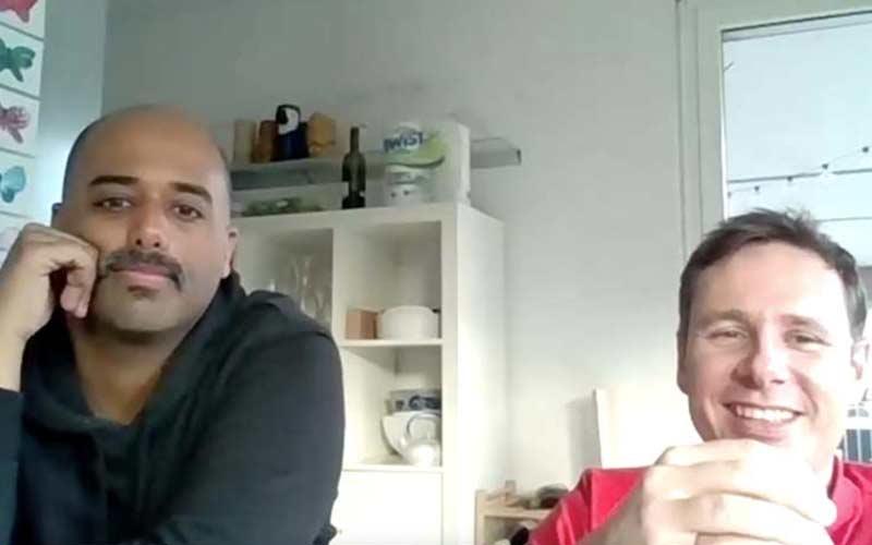 Online Krimi zwei Teilnehmer vor einem Bildschirm