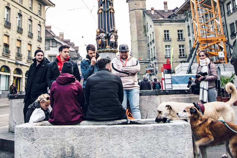 Stadtkrimi Gruppe am überlegen