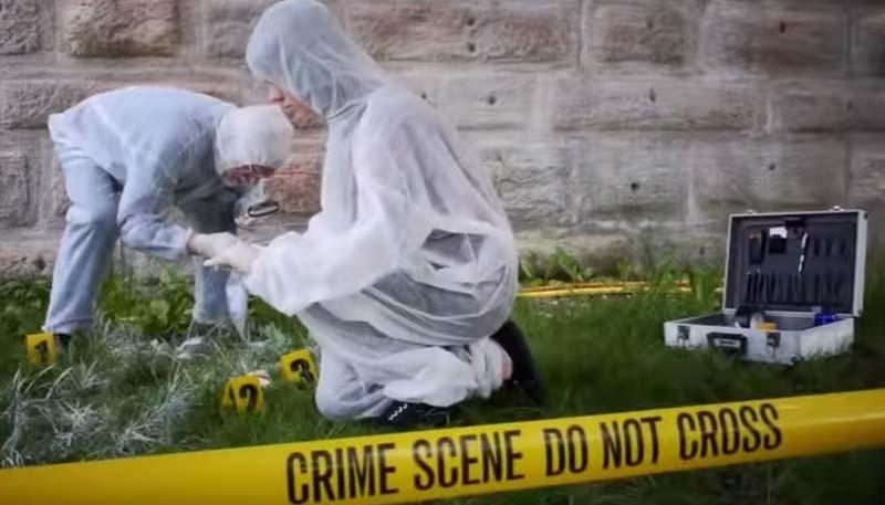 Zwei Spurenermittler am Tatort