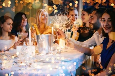 Freundinnen feiern zusammen Weihnachten