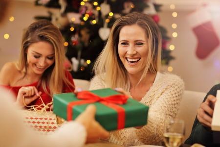 Freunde überreichen sich gegenseitig Weihnachtsgeschenke