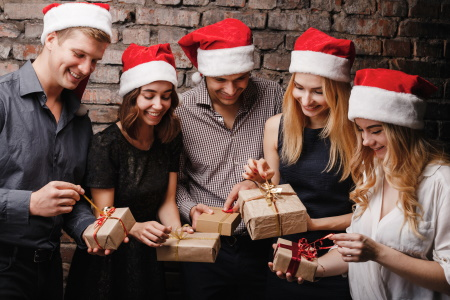 Freunde schauen ihre Geschenke an