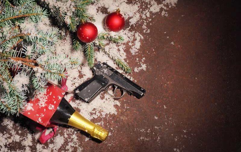 Weihnachtsbaum Sekt und Pistole