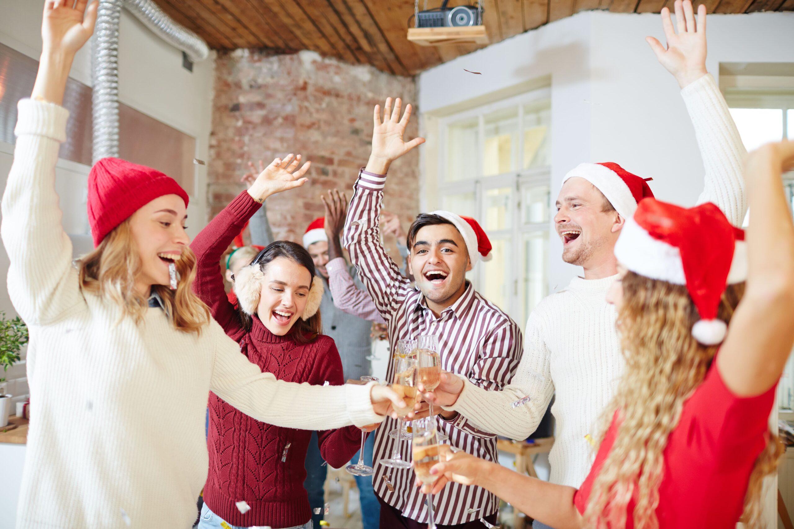 Junges, gutgelauntes Team stösst zusammen an Weihnachten an