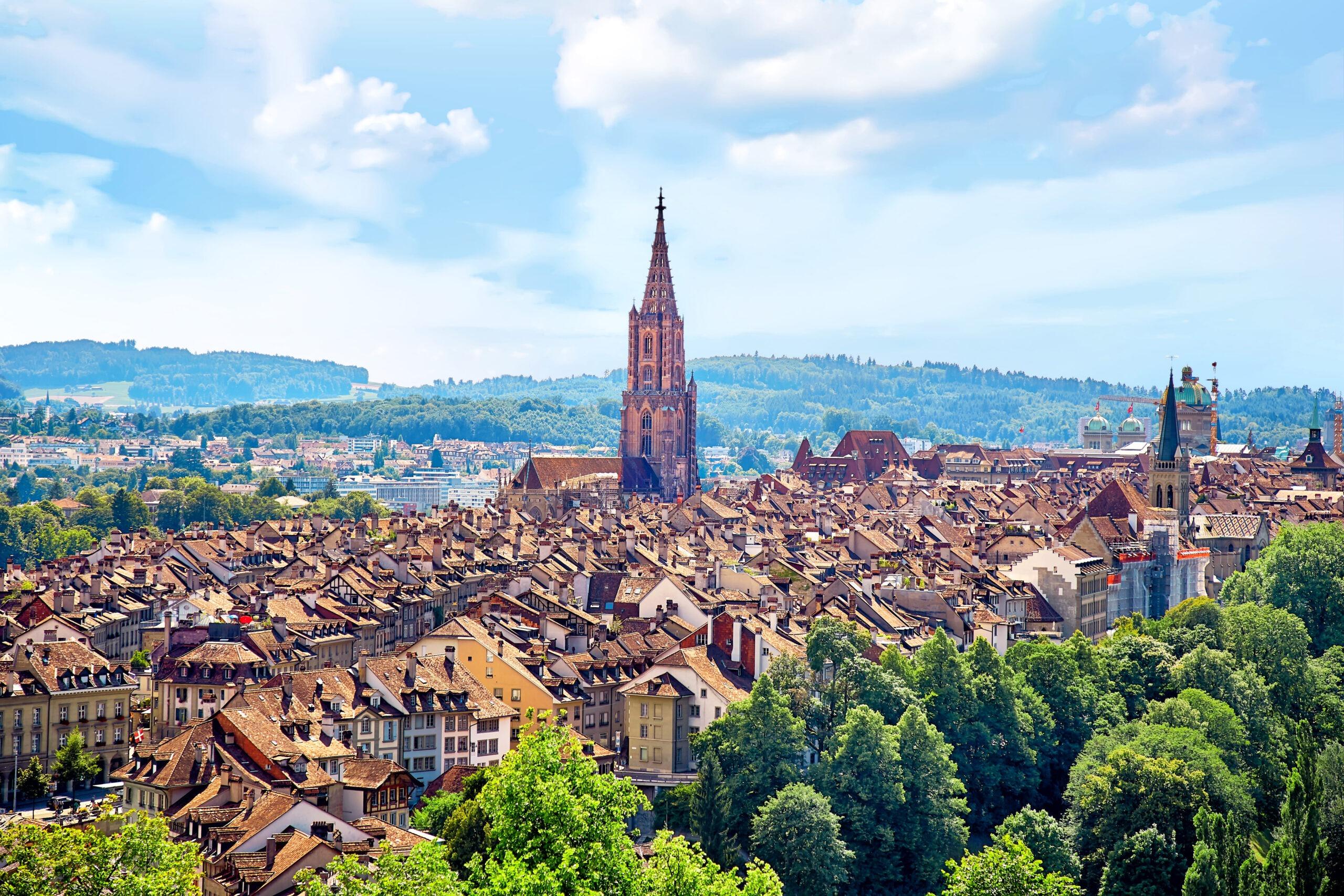 Panoramabild von Bern mit der Kirche im Mittelpunkt